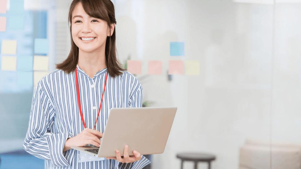 パソコンを操作する笑顔の女性社員